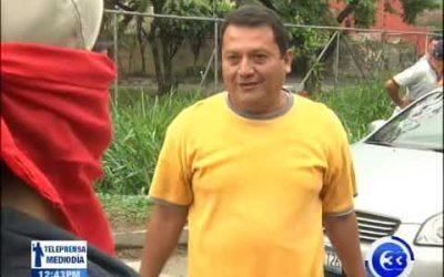 Excolaborados del TSE bloquean paso en carretera a Comalapa
